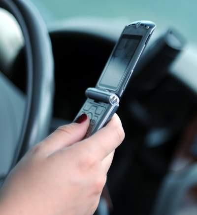 El teléfono celular, el teléfono plegable, la mano, la conducción, evitan las distracciones de conducción, la generación de teléfonos inteligentes, la conducción en el trabajo, los hábitos de seguridad, el comportamiento seguro, la conciencia de seguridad, el equipo de protección personal, el EPP, minimizan los riesgos de seguridad inesperados, contienen riesgos imprevistos, eventos inesperados, cultura de seguridad positiva , Gente en movimiento, Amenazas de desviación, Historias de SafeStart, Testimonios, SafeStart, SafeStart International, hábitos de seguridad, seguridad en el trabajo, seguridad laboral, mejorar la cultura de la seguridad, aumentar la conciencia sobre seguridad, reducir el fallo humano, reducir las lesiones, reducción de lesiones, reducir las tasas de accidentes, mejorar las cifras de la empresa, prevenir errores críticos, implementar un cambio de cultura positivo en su empresa, promover la implicación de los empleados, mejorar el compromiso de los empleados, seguridad cotidiana, seguridad en todo momento, estar seguro en todo momento, pautas de comportamiento seguras, aprender comportamientos seguros, adquirir competencias universales de seguridad, competencias de seguridad para familias, competencias de seguridad para niños, competencias de seguridad para todos, formación en seguridad para los empleados, seguridad para toda la empresa, formación en seguridad para niños, mejorar la eficiencia operativa, mejorar la calidad, hábitos relacionados con la seguridad, comportamiento relacionado con la seguridad, patrones de riesgo, garantizar un alto rendimiento, estados críticos, decisiones críticas, errores críticos, cómo se producen las lesiones, cómo prevenir lesiones, cómo prevenir accidentes