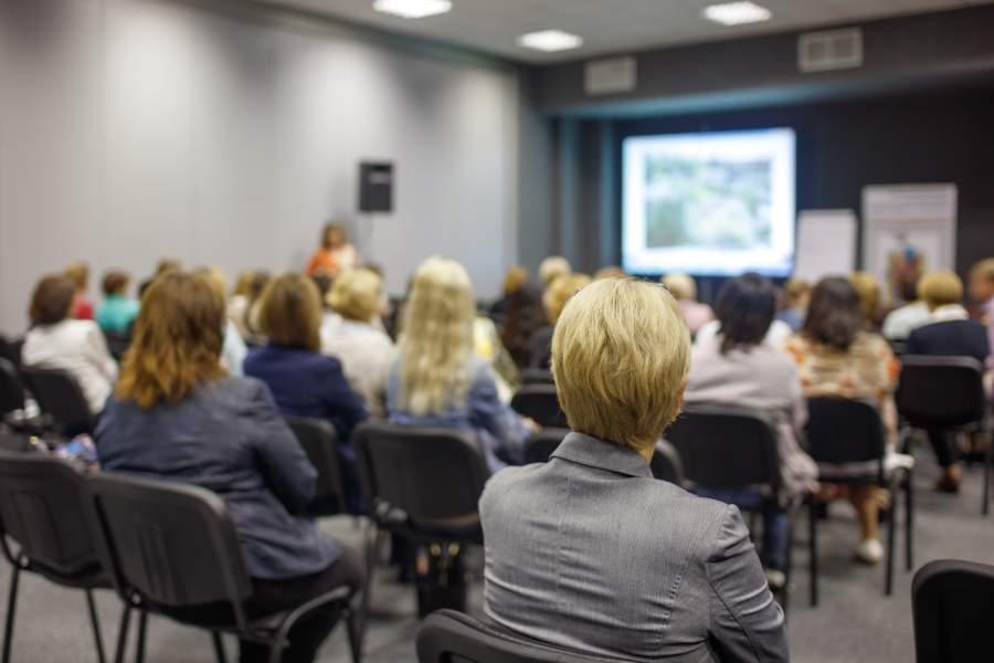 Empresarios en un evento de negocios con conferencia